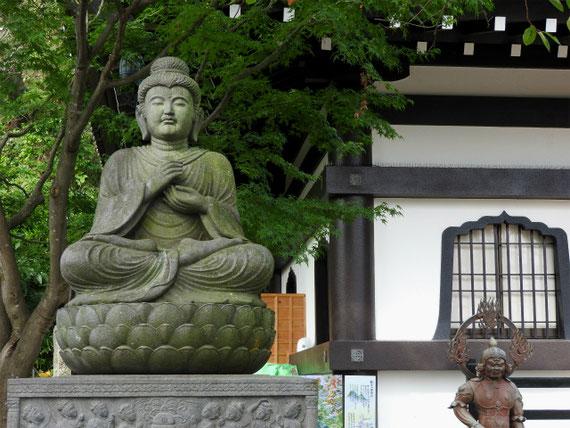 観音ミュージアム前の菩薩像