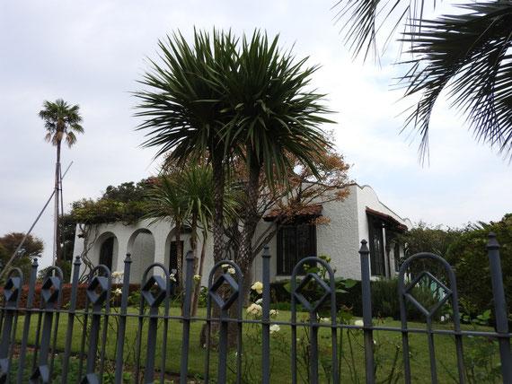入り口前の庭園とデザインフェンス