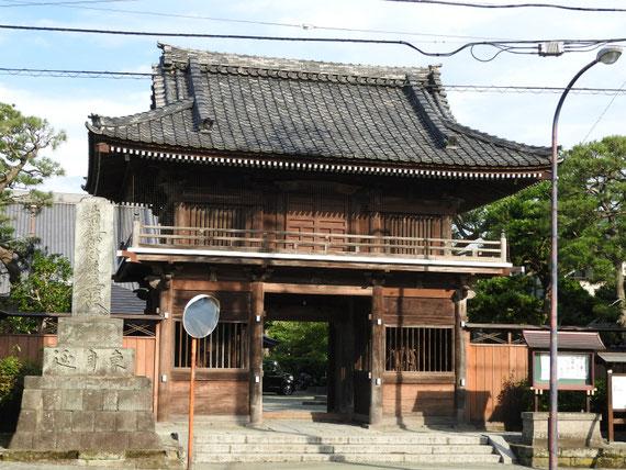 本覚寺楼門正面
