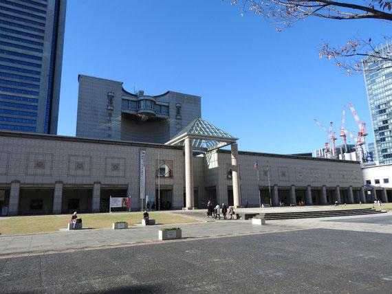 美術館 左前方から