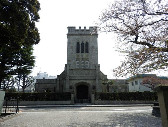 前面道路から、山手聖公会の正面デザイン