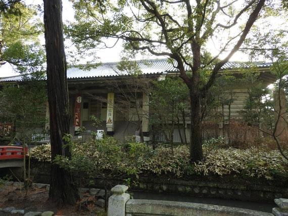 白旗神社への参道から、鎌倉国宝館