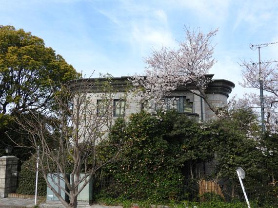 横浜外国人墓地資料館、表面のデザイン