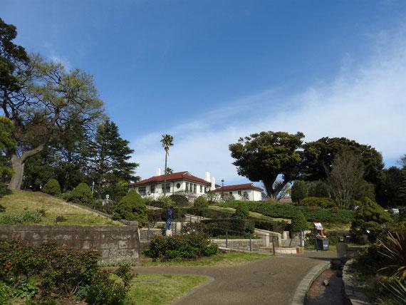 公園内桜広場からイギリス館へ