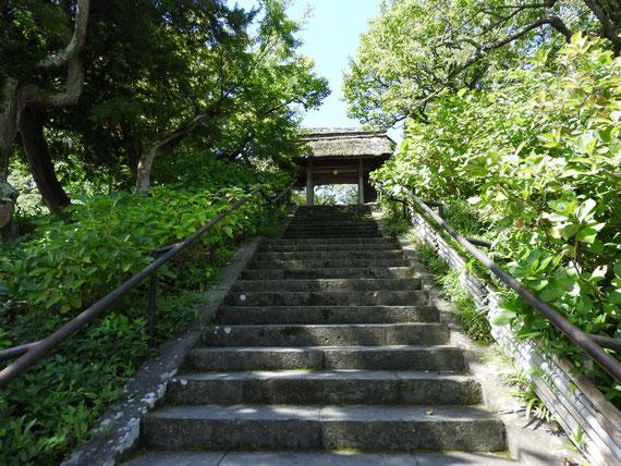 山門への石階段