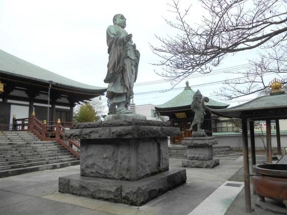 本堂(帝釈堂)、高村行雲策の日蓮聖人の銅像、右奥が六角堂