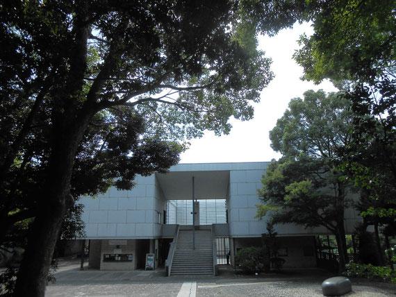 8月の神奈川県立美術館 鎌倉館、正面アプローチ