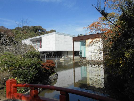 鶴岡八幡宮参道からみる、11月の鎌倉近代美術館