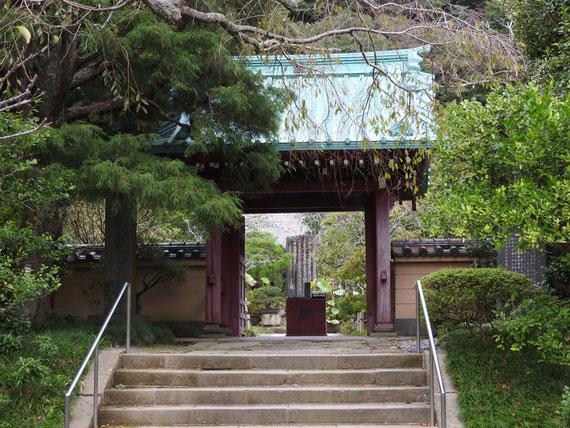 光則寺山門と、右の宿屋光則の屋敷跡碑