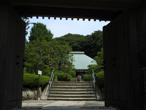 山門から本堂を観る