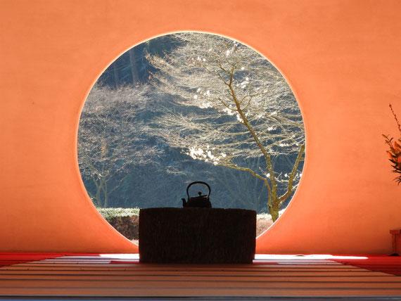 明月院本堂(開山堂)の方丈の丸窓 2月