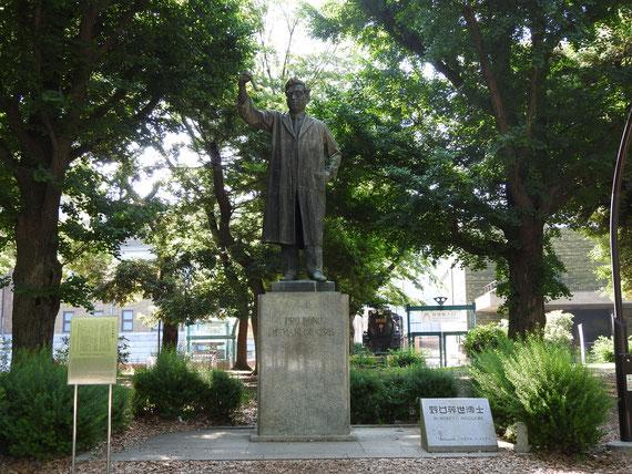 昭和16年造立。人類の幸福のために 「野口英世像」