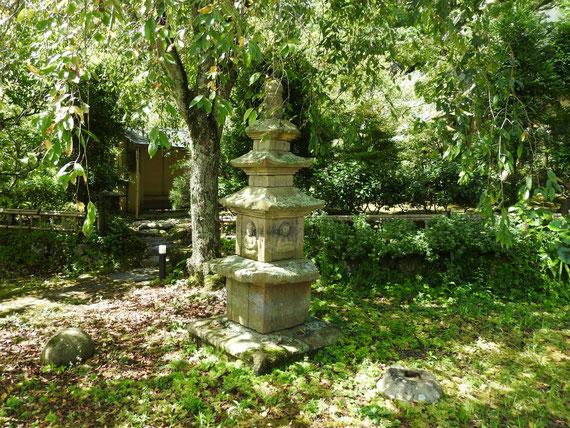 本堂横の中庭の灯籠