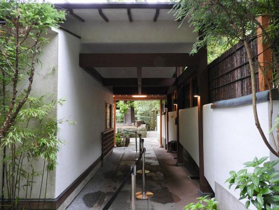 竹の庭から境内へ