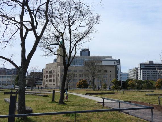 像の鼻パークからみる、横浜税関本関庁舎