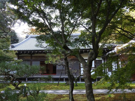 観音堂への参道から観た本堂