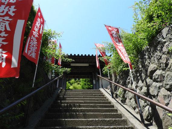 円應寺山門への階段