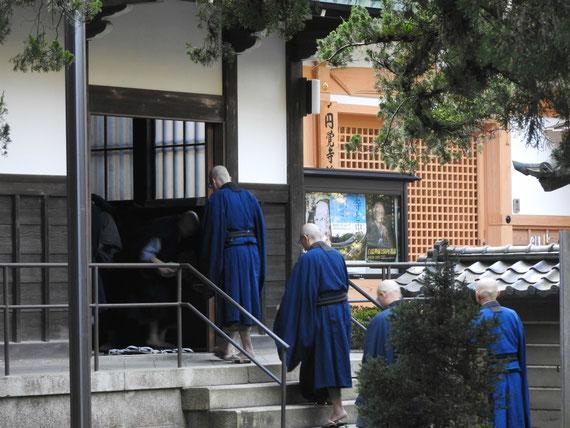 大方丈の説法会にゆくご僧侶たち