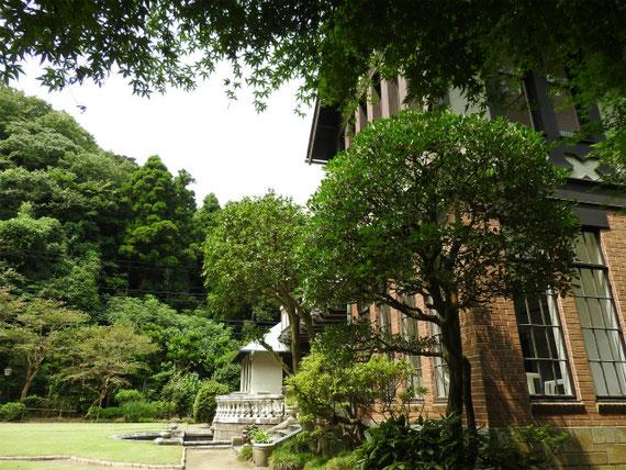 前庭園から裏のフランス庭園へ