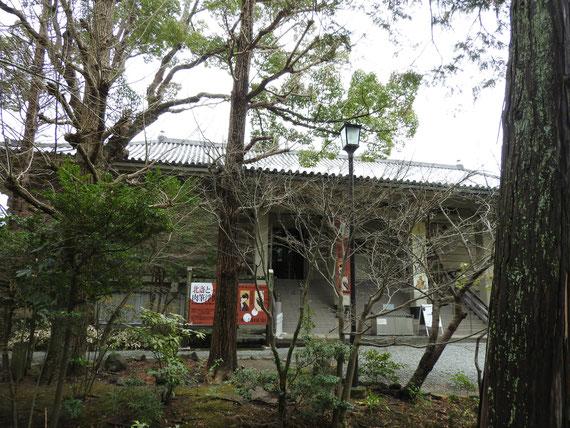 正面左から見る鎌倉国宝館