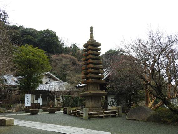 石の層塔と小裡