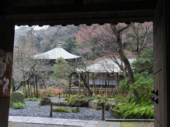 瑞泉寺山門から境内をみる 1月