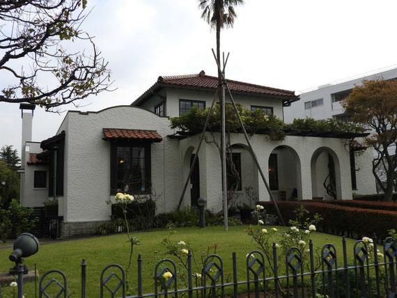 右側面のデザインと庭園