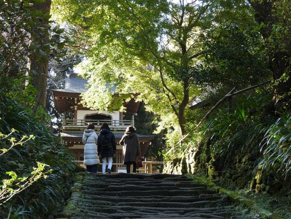 浄智寺山門から、鐘楼門への石階段