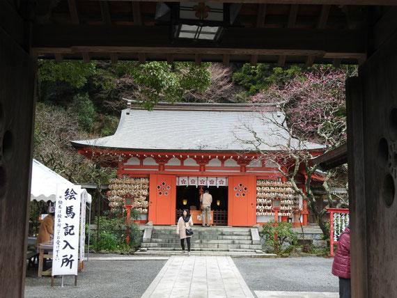 荏柄天神社山門から御本殿をみる 1月