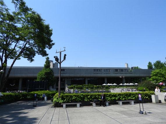 国立西洋美術館から、東京文化会館を望む