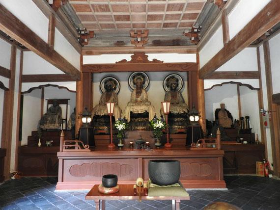 本堂に安置の、三世仏ご本尊