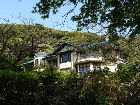 石畳の迂路を登るとみえてくる鎌倉文学館