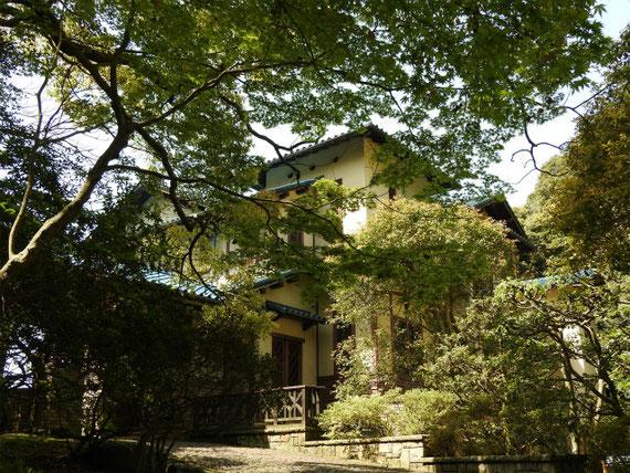 招鶴洞を抜けて登りつめると鎌倉文学館がみえてきます