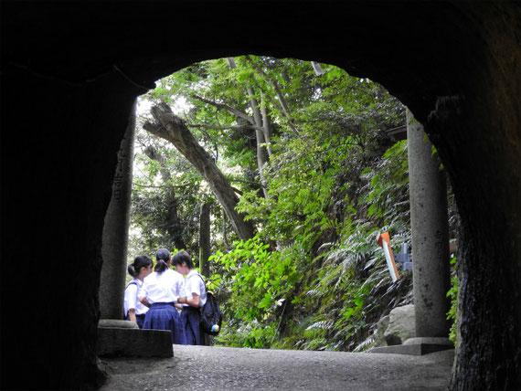 銭洗弁財天へのトンネル