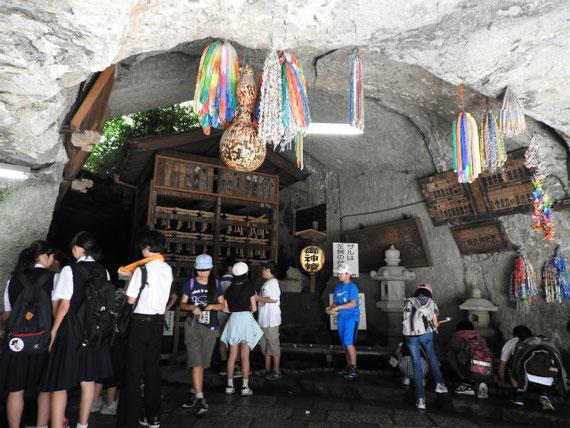 奥宮、銭洗水の洞窟