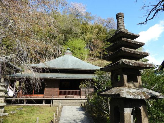 東慶寺本堂(泰平殿)と灯籠