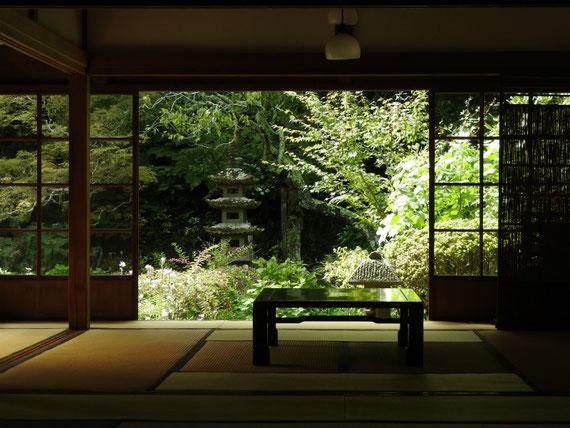 方丈・客殿の書院から中庭園をみる