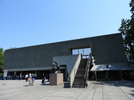 中央右に展示されているロダンの「弓を引くヘラクレス」と本館