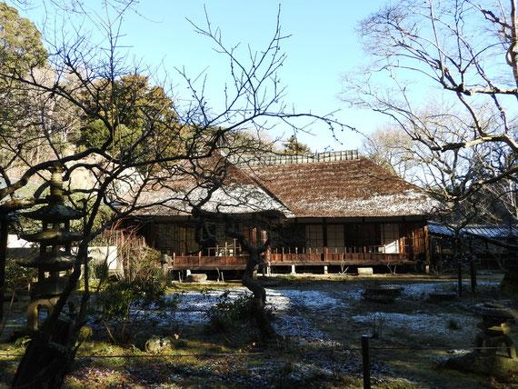茅葺屋根に雪が残る、方丈・客殿(書院)の中庭