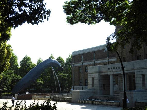 科学館前のモニュメント