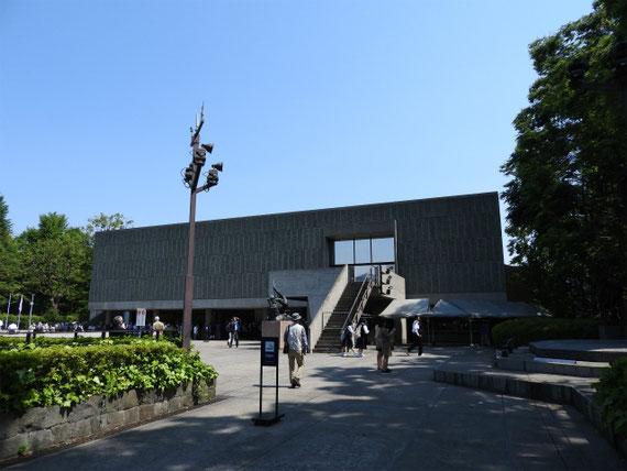 開館後の右彫刻展示コーナーより本館を望む