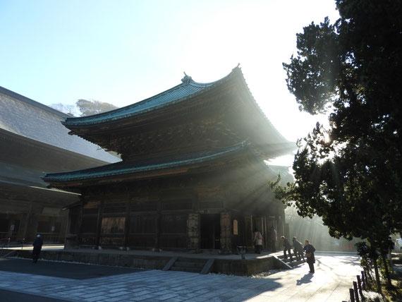 朝靄の仏殿