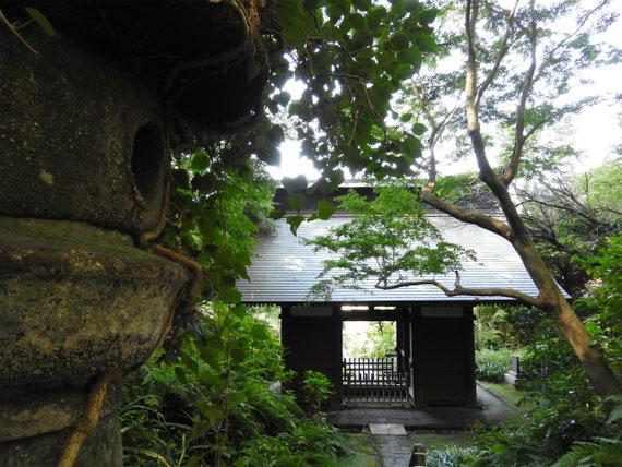 苔石段から仁王門を望む