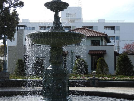 港の見える丘公園噴水広場から、山手111番館をみる