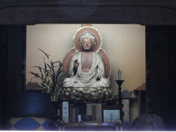 本堂の釈迦如来坐像