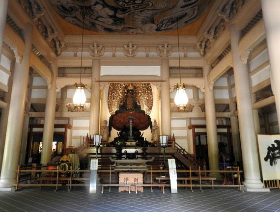 仏殿 宝冠釈迦如来像