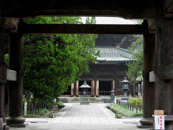 三門より仏殿を望む