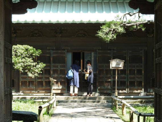 仏殿。小窓を開けると阿弥陀三尊を拝することができます
