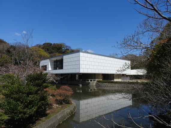 平家池の小橋からみる旧近代美術館
