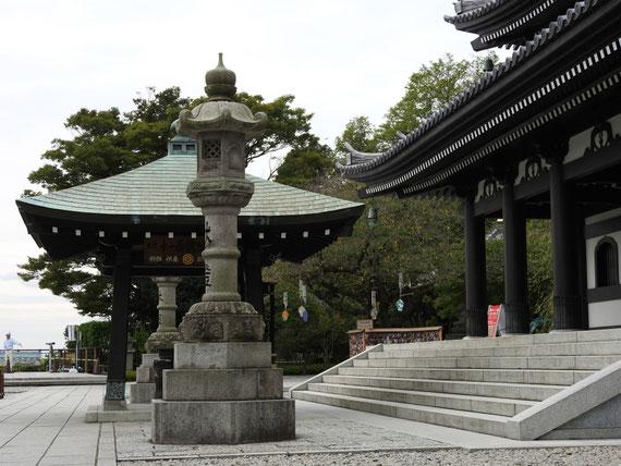本堂(観音堂)前の石灯籠と香炉